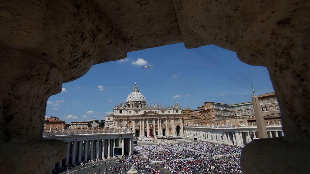 El Papa atrae a las masas en la Plaza San Pedro