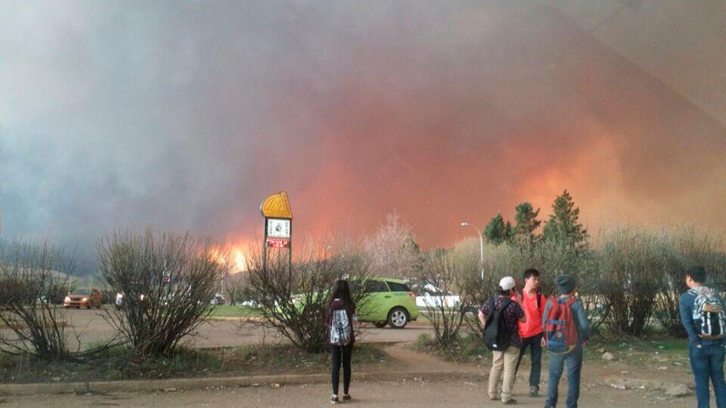 Evacuada la localidad canadiense de Fort McMurray a causa de un devastador incendio