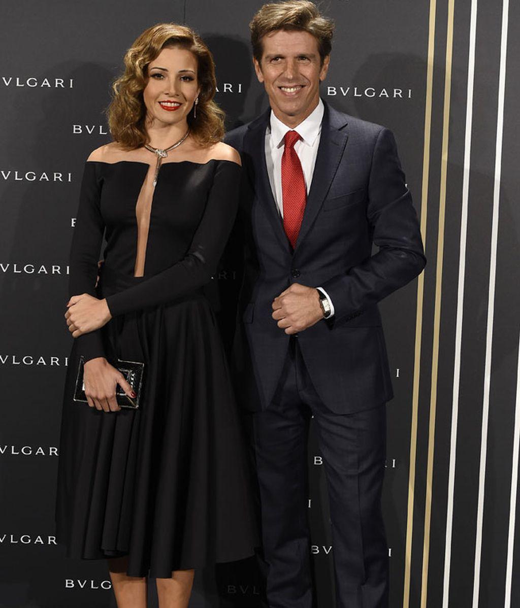 Virginia Troconis y Manuel Benítez, negro y raso y corbata roja