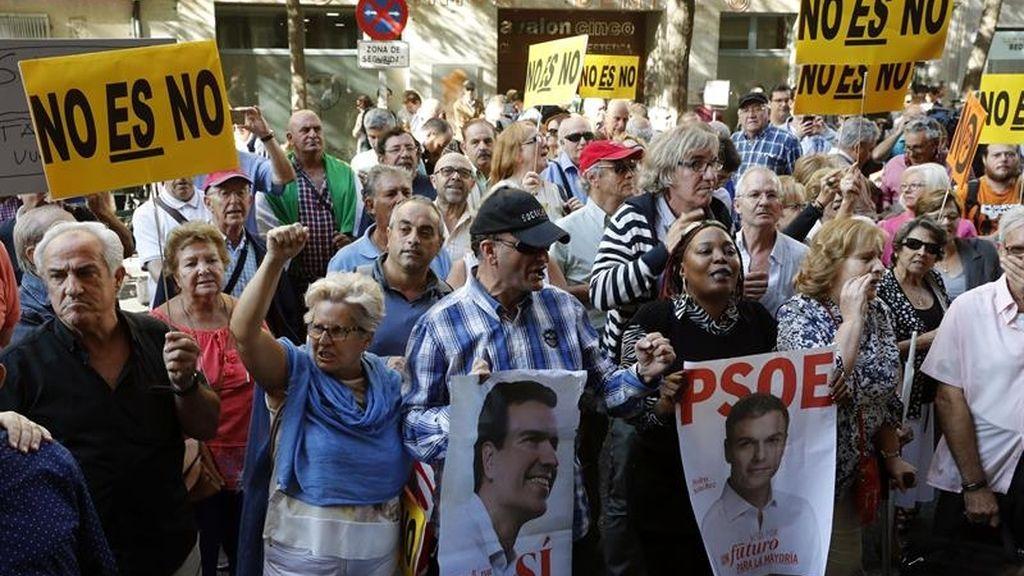 Centenares de militantes van a Ferraz en defensa del PSOE