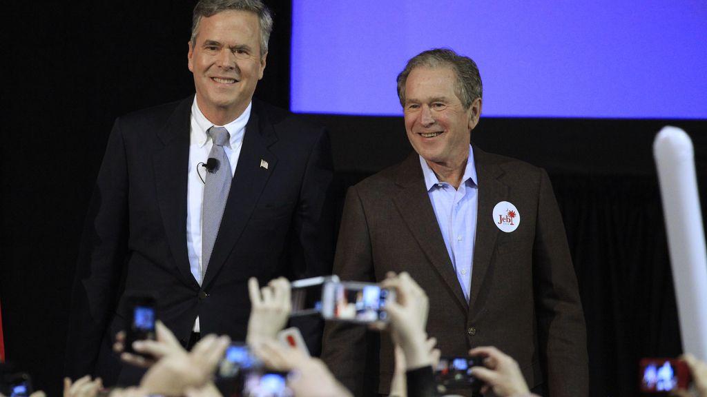 El expresidente George W. Bush aparece por primera vez en un acto de campaña de su hermano