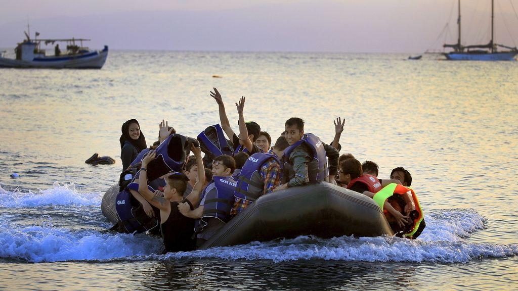 Inmigrantes afganos llegan a una playa en la isla griega de Kos