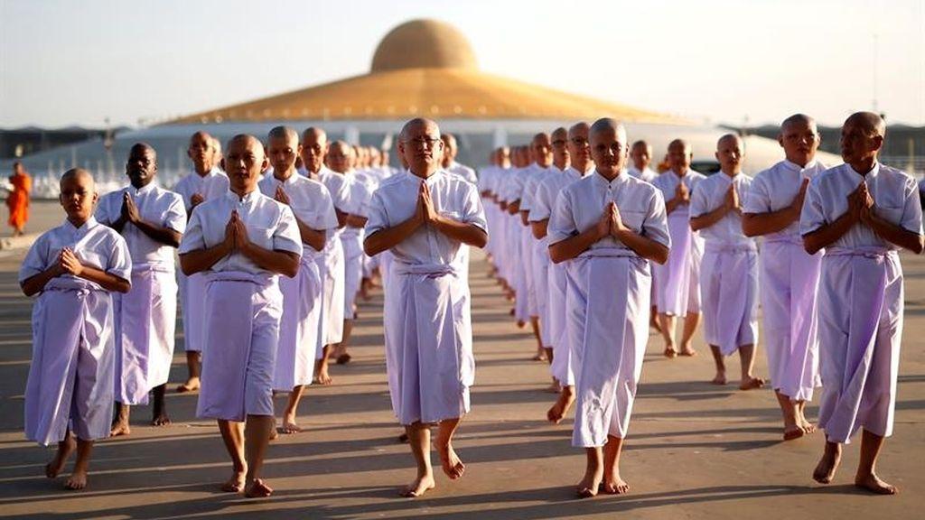 Tailandeses y devotos budistas extranjeros de 11 países diferentes participan en una ceremonia budista