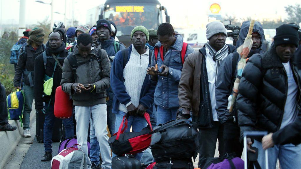 Desalojan el campamento de inmigrantes de Calais