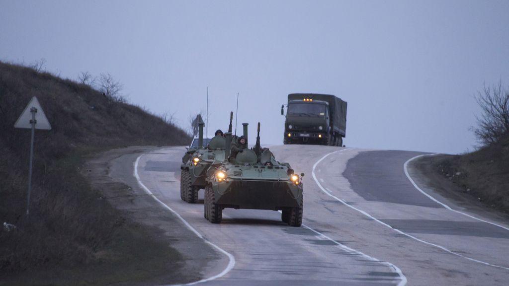 Carros de combate ruso en la carretera de Sevastopol a Sinferopol