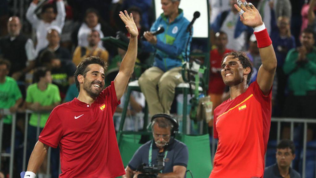El tenista español Rafael Nadal y su compañero Marc López