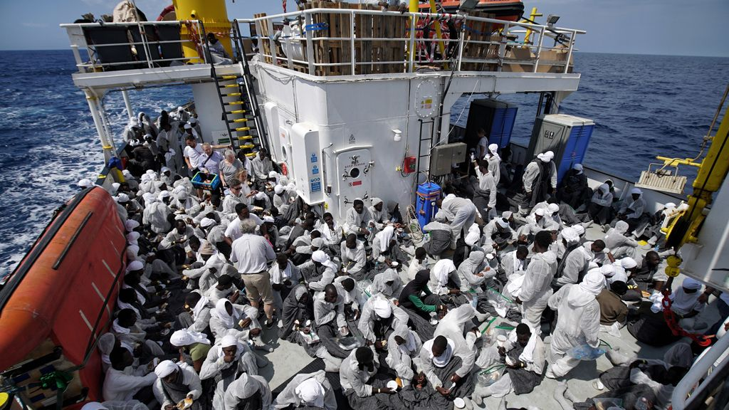 Un barco humanitario rescata a cientos de inmigrantes en el Mediterráneo