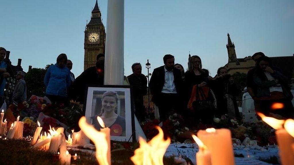 Velas en memoria de Jo Cox, la diputada laborista asesinada