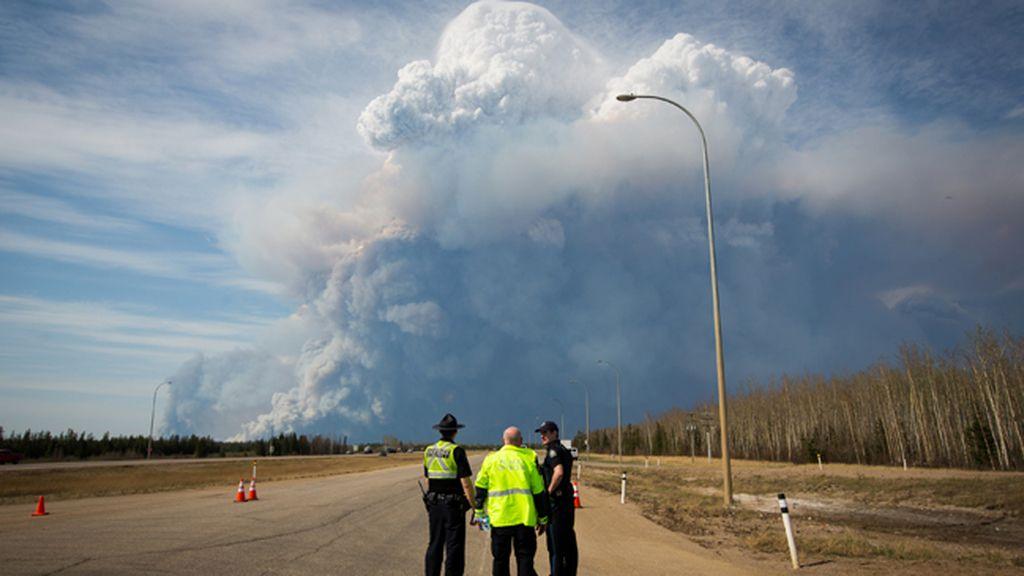 El incendio obliga a evacuar tres comunidades cercanas a Fort McMurray