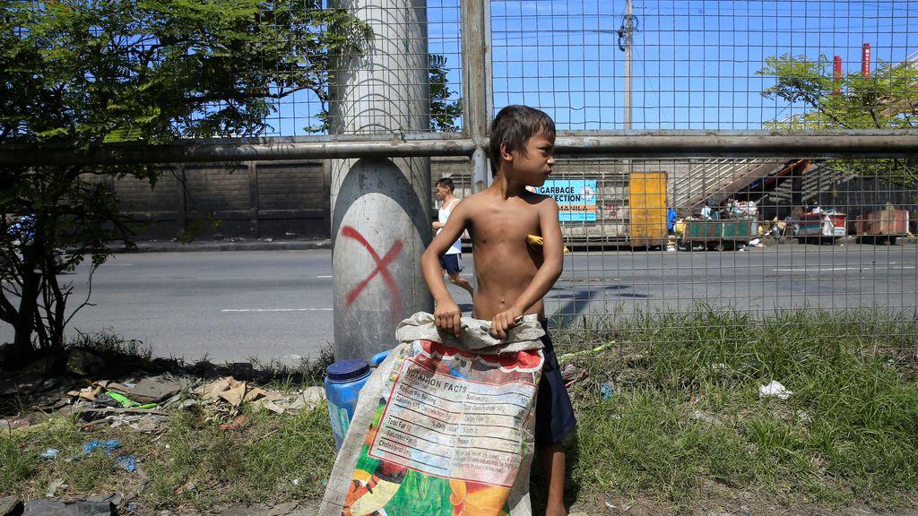 Los niños en Manila se alimentan de la basura de la calle
