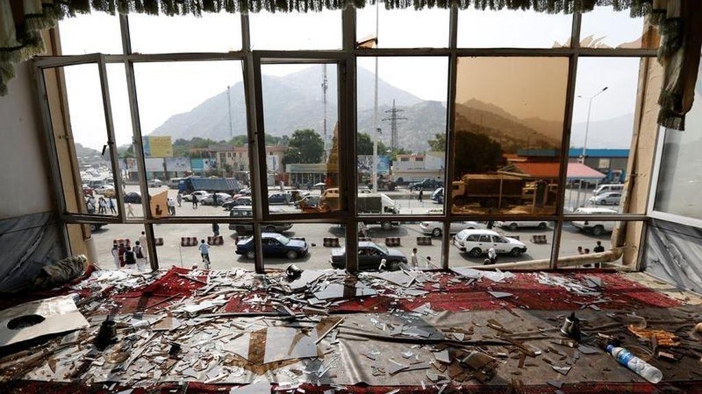 Cristales rotos y destrucción tras el ataque suicida en Kabul