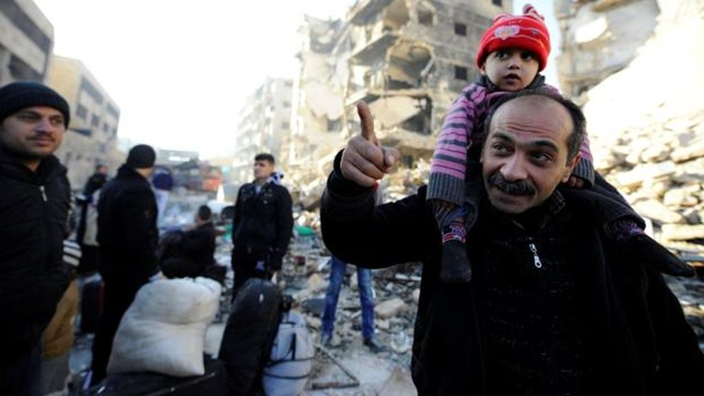 Civiles que salieron del este de Alepo a su llegada a zonas gubernamentales