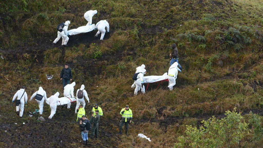 Equipos de rescate transportan los cuerpos de las víctimas del accidente aéreo en Colombia