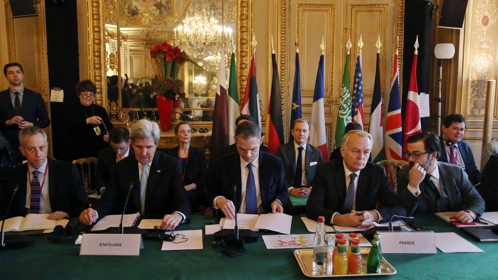 El Secretario de Estado de los Estados Unidos, John Kerry, y el Ministro de Relaciones Exteriores de Francia, Jean Marc Ayrault, en una reunión sobre Siria en París
