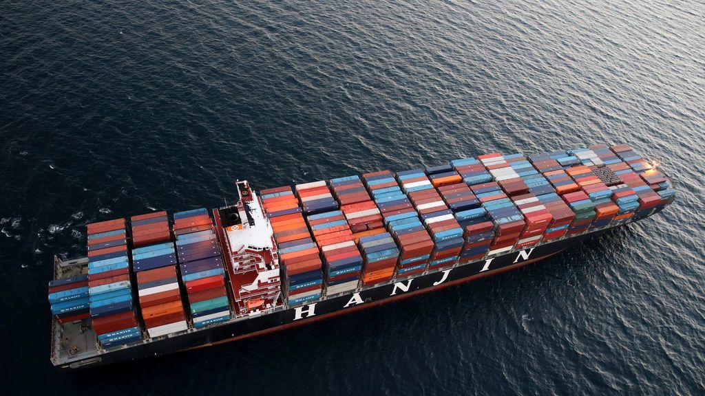 Un barco de carga, una variedad de colores desde el aire