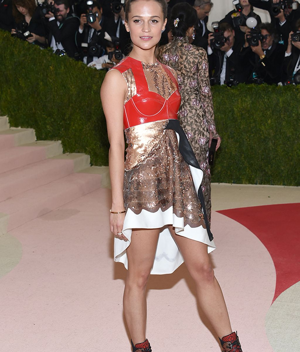 Alicia Vikander vestida de Louis Vuitton