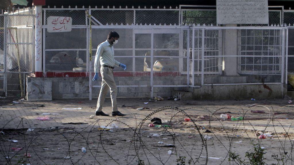 Un forense examina el parque de Lahore tras el atentado