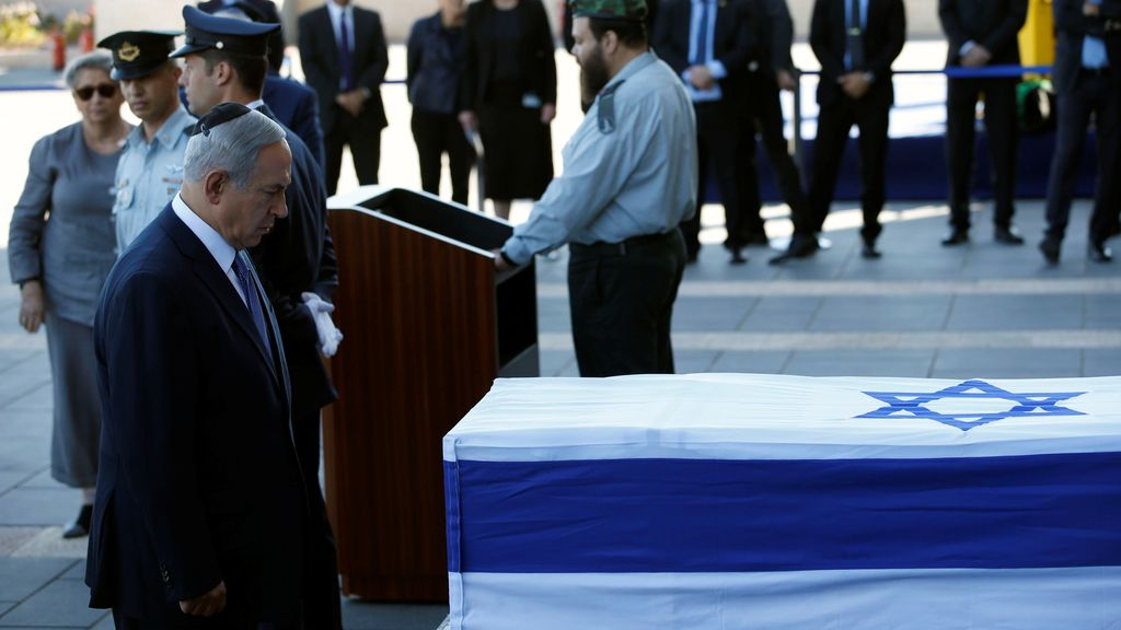 Benjamin Netanyahu ante el féretro de Simon Peres