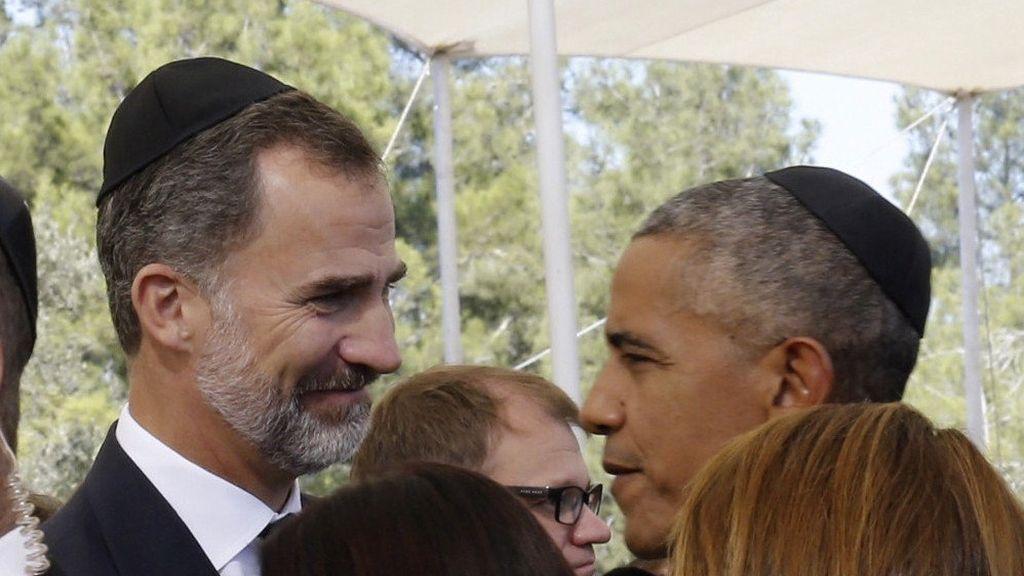 El rey Felipe VI saluda a Barack Obama en el funeral Simon Peres
