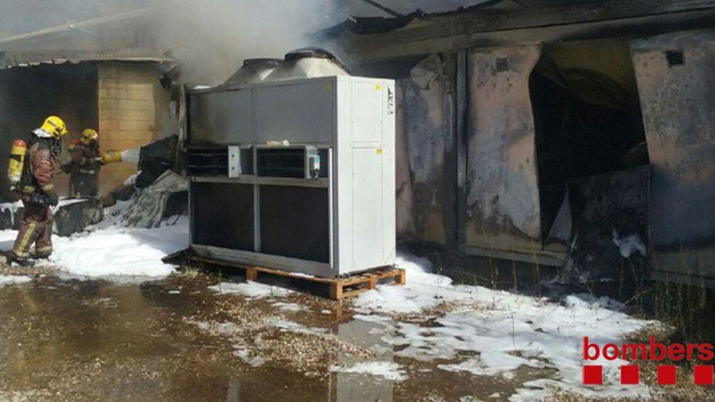 Controlado el incendio de una fábrica de pistolas de aire comprimido en Sant Boi