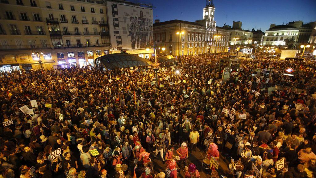 Miles de personas protestan en Sol contra la investidura de Rajoy