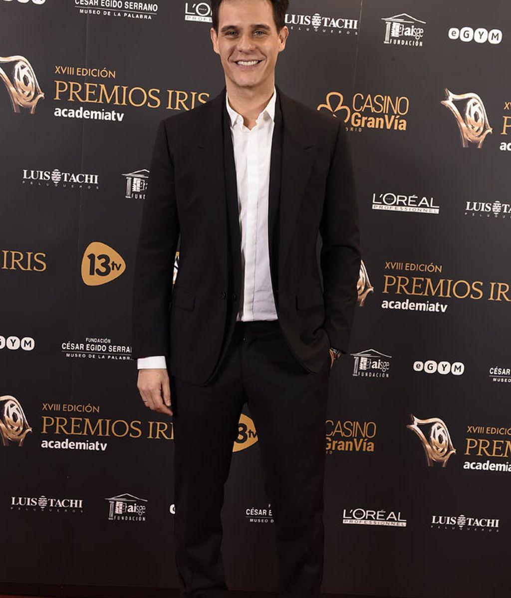 La apuesta segura de Christian Gálvez: traje negro y camisa blanca