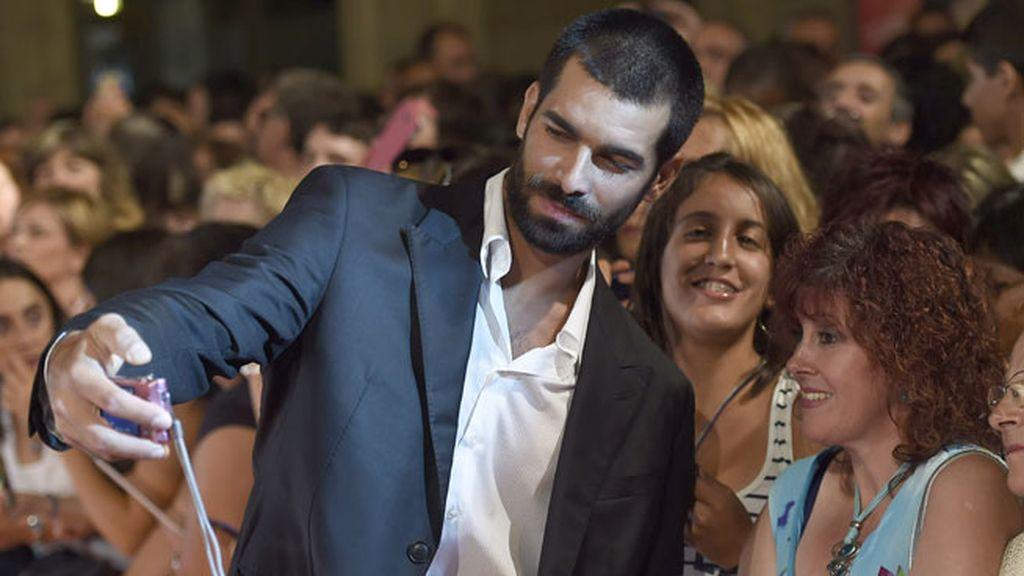 Rubén Cortada, guapísimo, no dudó en fotografiarse con sus fans
