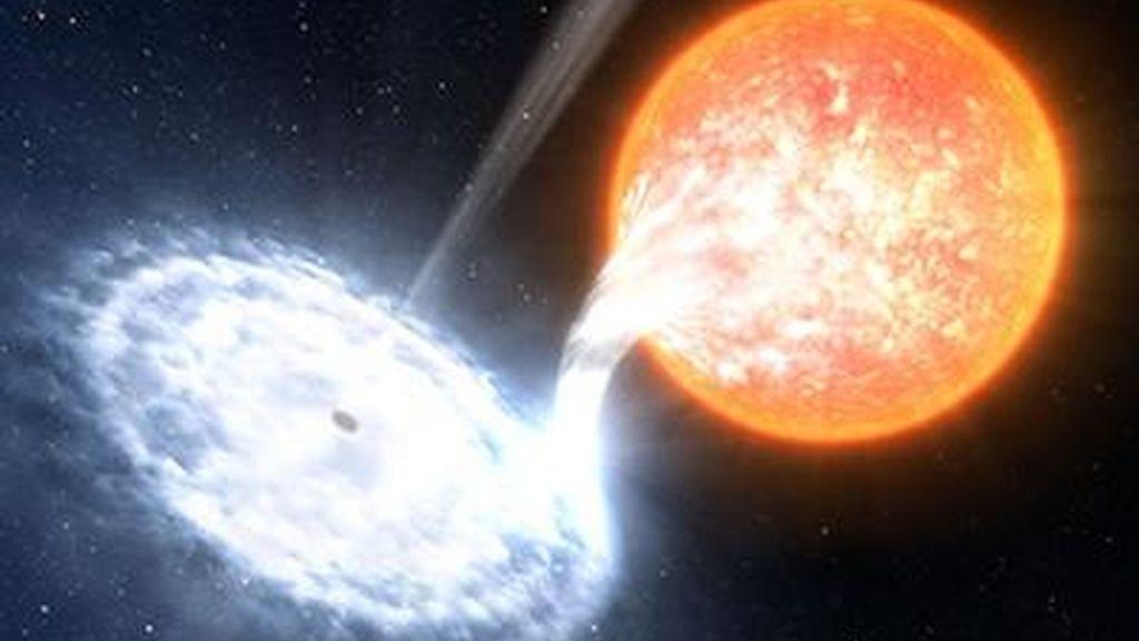 Observan un agujero negro escupiendo destellos rojos