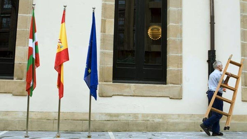 La bandera de España ondea ya en el exterior del Parlamento Vasco