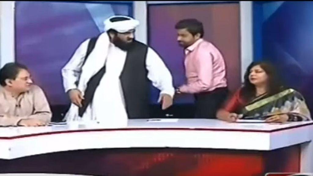 El senador pakistaní, Hafiz Hamdullah, agrede verbalmente a una periodista en televisión