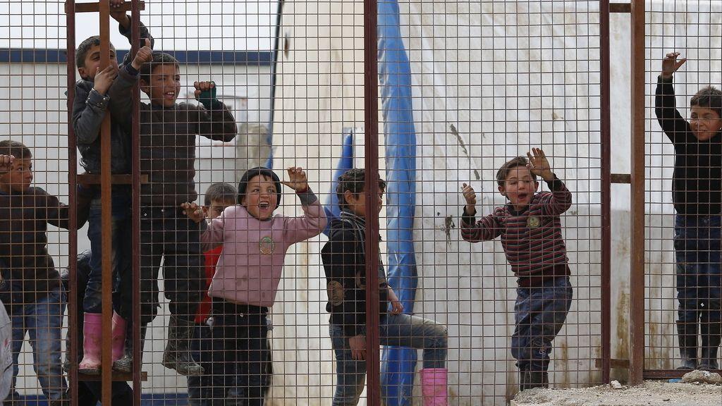 Niños sirios juegan en un campo de refugiados