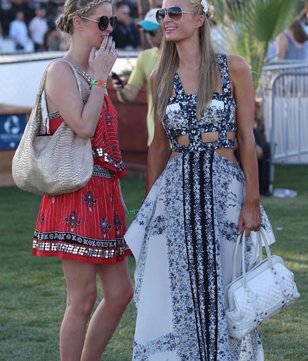 Las hermanas Paris y Nicky Hilton con vestidos floreados