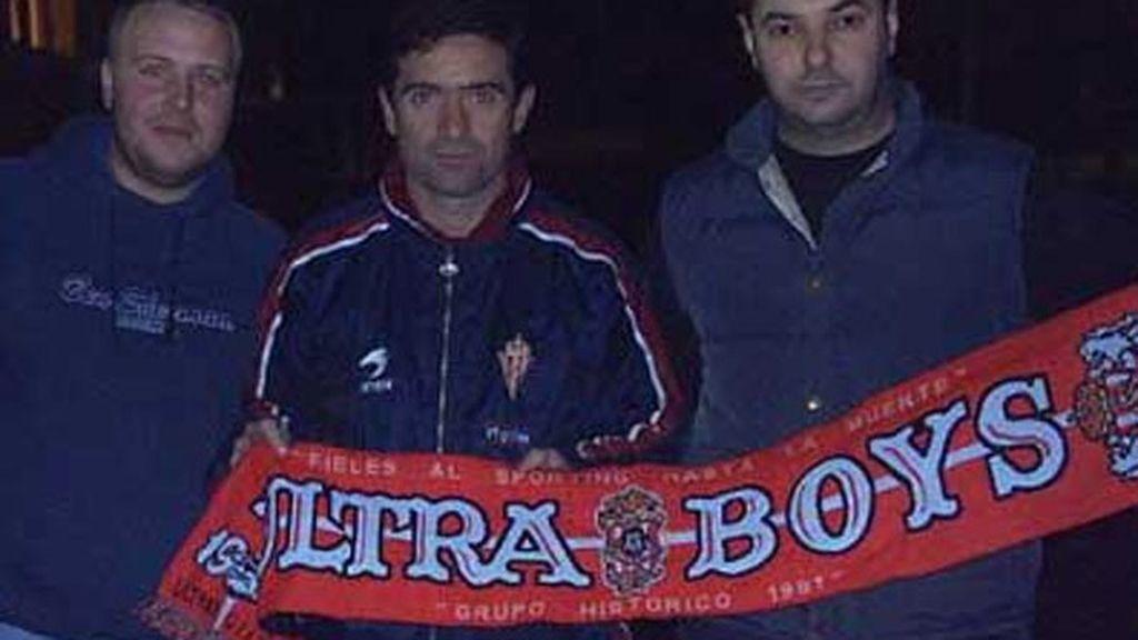 Marcelino, actual entrenador del Villarreal, con los radicales del Sporting