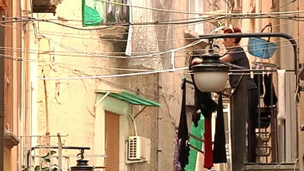 Mujer tendiendo en el casco antiguo de Nápoles