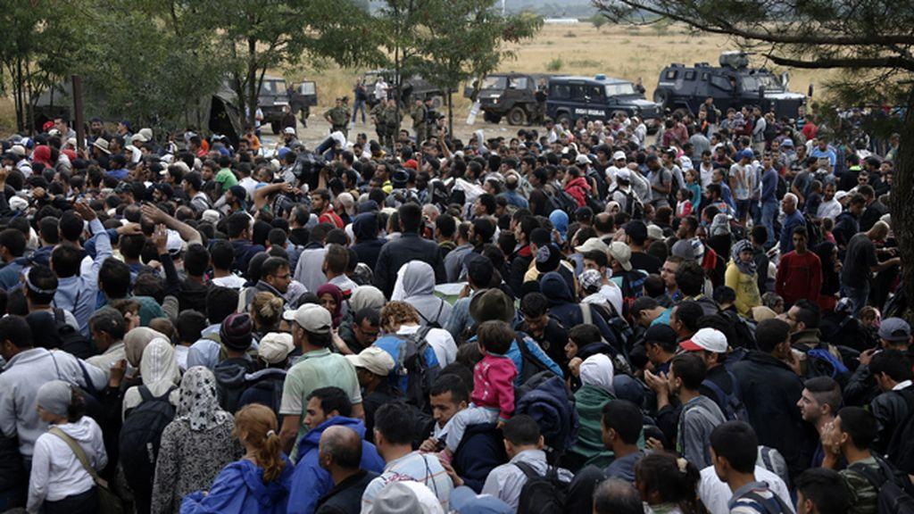 Los inmigrantes se agolpan en la frontera de Macedonia con Grecia