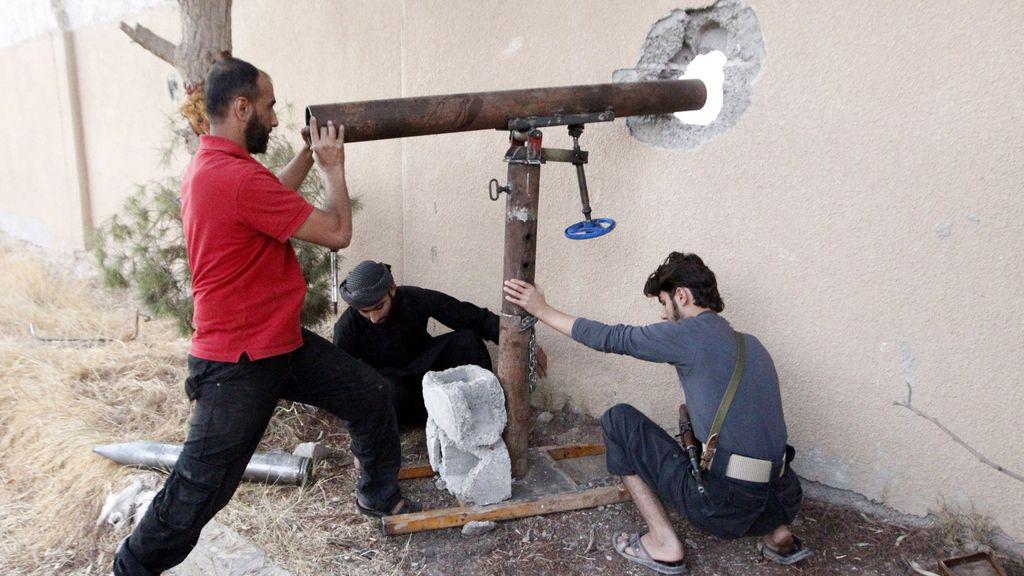 Soldados del Ejército Libre Sirio con armas caseras