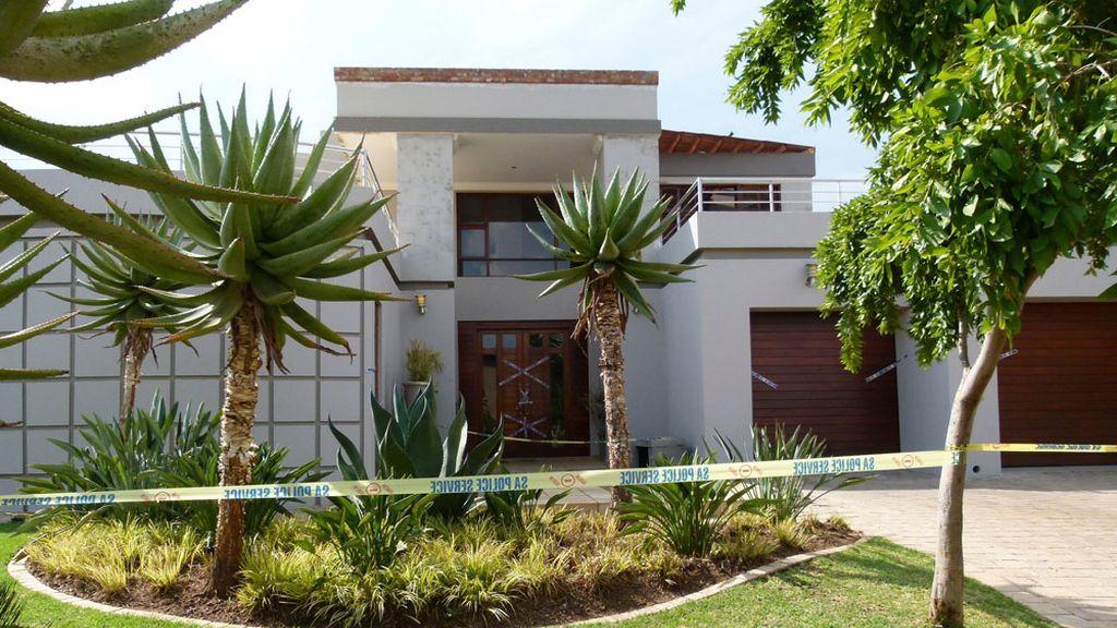 La casa de Pistoirus precintada por la policía que investiga el asesinato de la novia del atleta