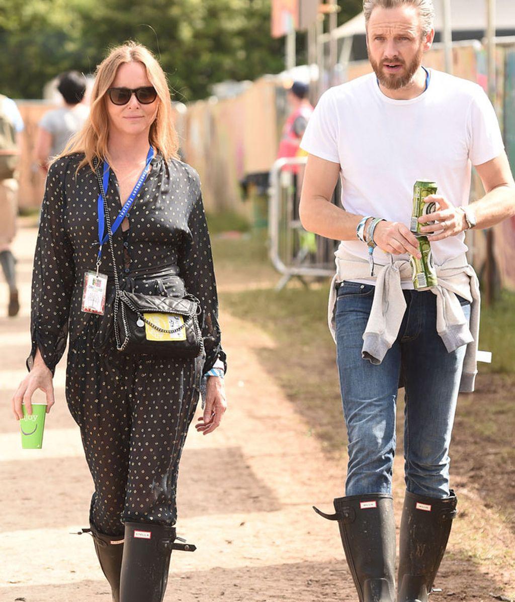Stella McCartney paseando por el recinto de Worthy Farm