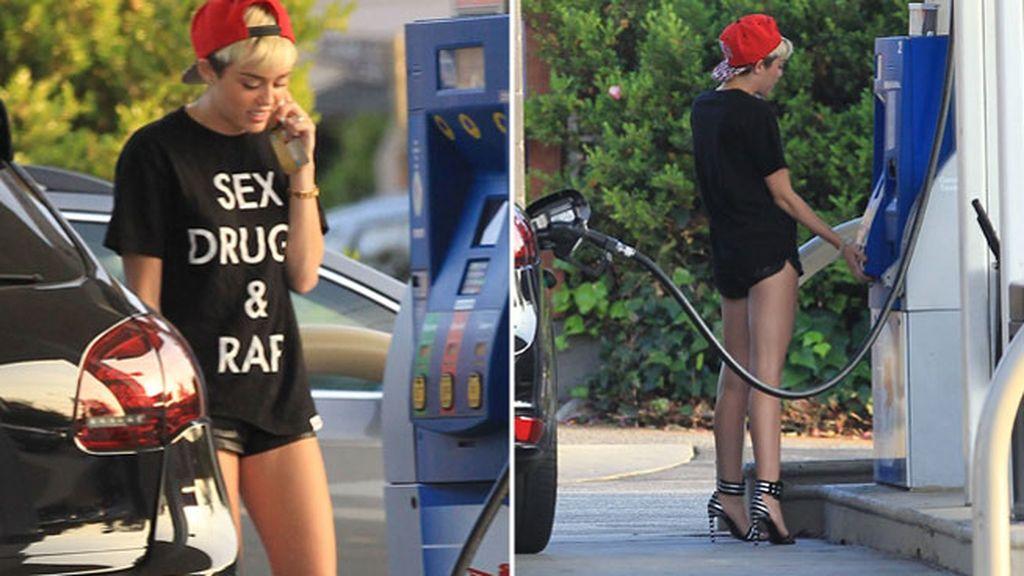 Miley Cyrus luce piernas en la gasolinera
