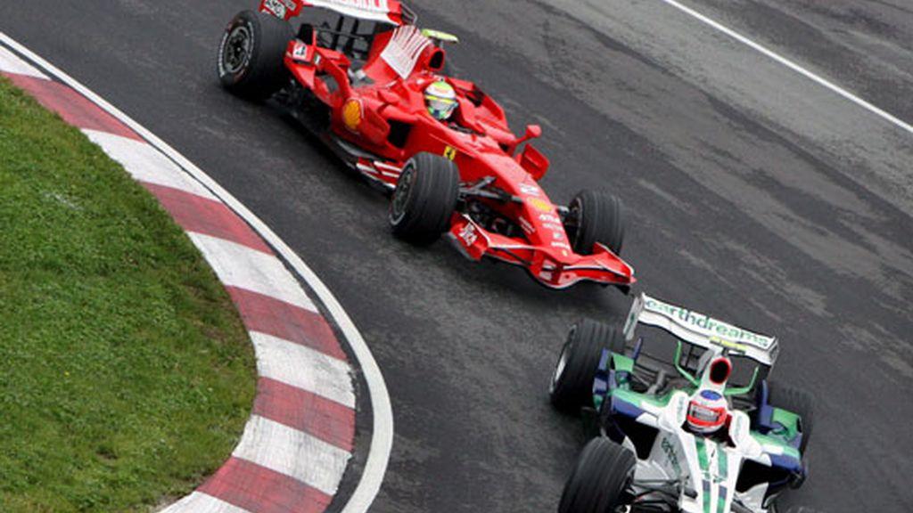 Rubens Barrichello (delante) y Felipe Massa durante la primera sesión de entrenamientos