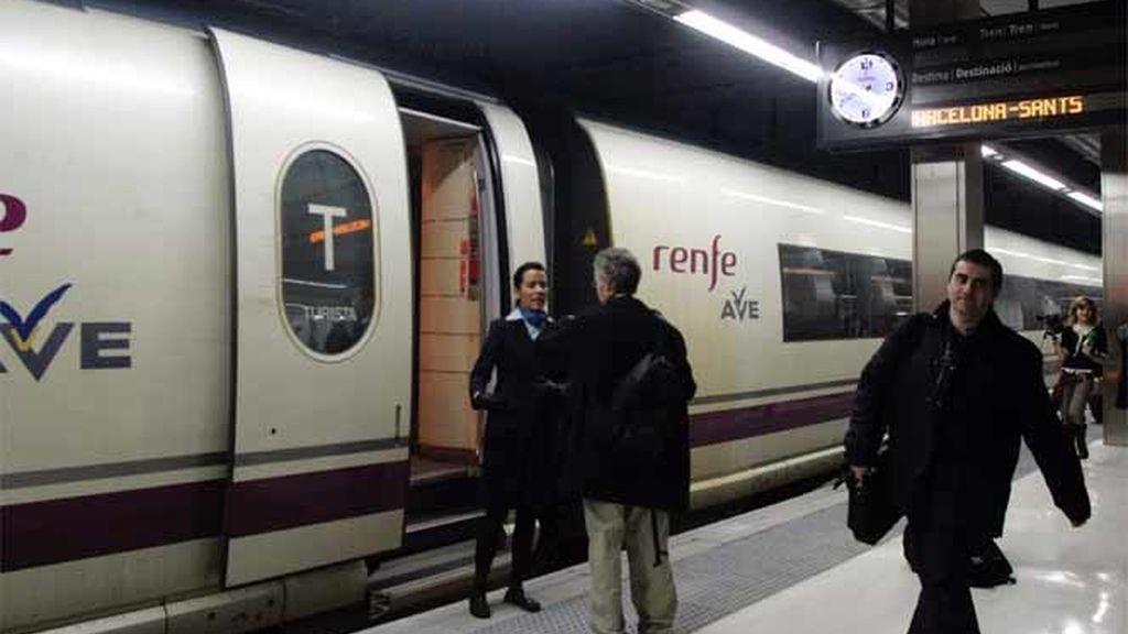 Pasajeros subiendo al AVE Madrid-Barcelona