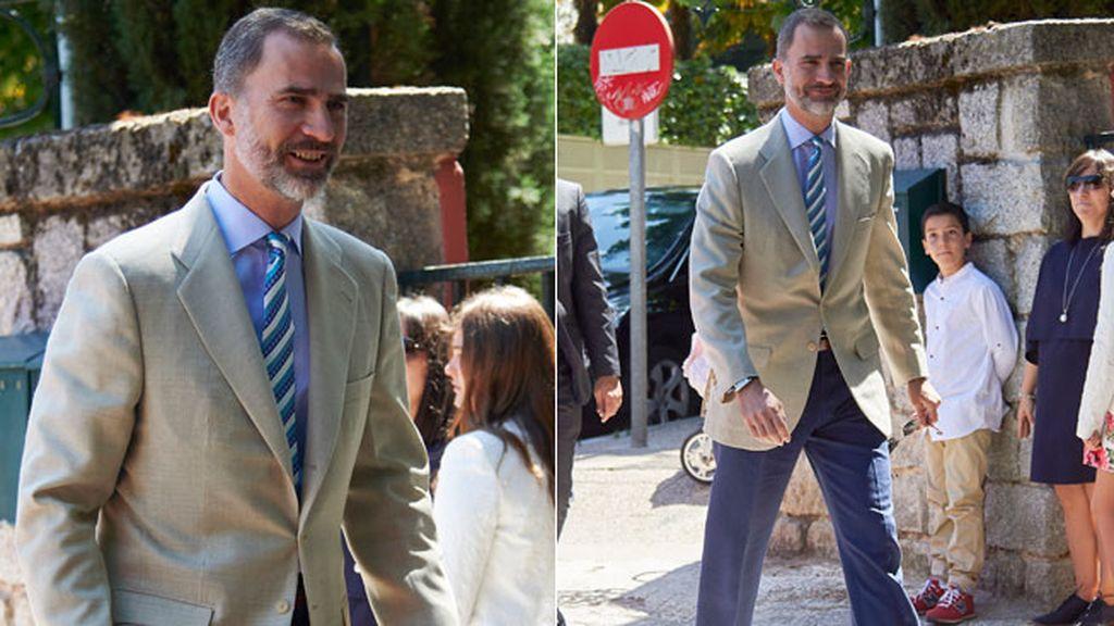 El rey Felipe, que acudió al evento religioso, eligió traje beige y corbata a rayas