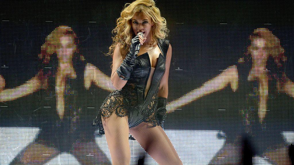 Beyoncé duranta su actuación en la Super Bowl