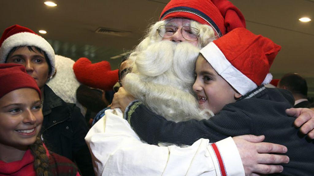 Papa Noel rodeado de niños cargados de ilusión
