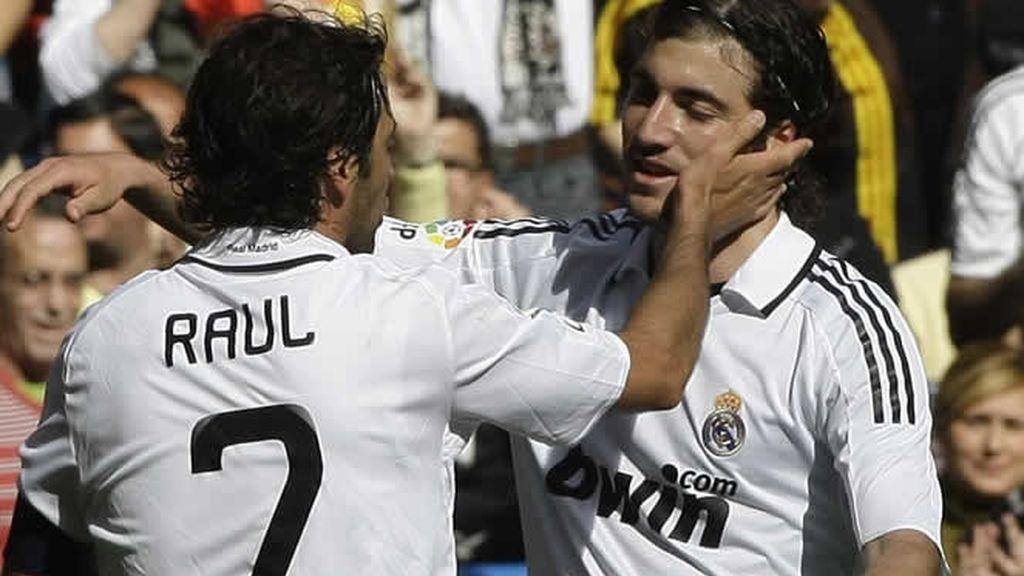 Raúl celebra con Higuaín el tanto marcado por el Madrid