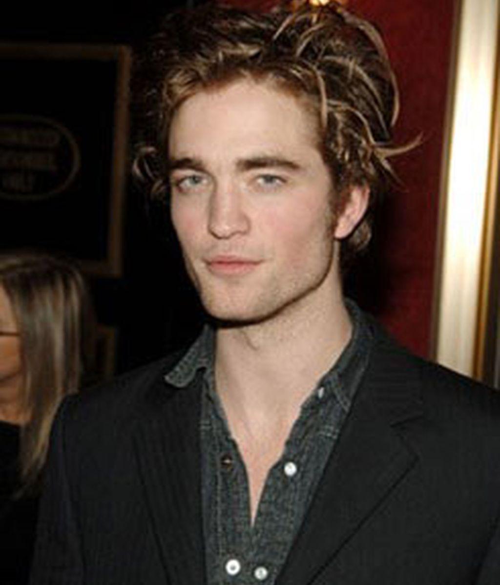 Robert Pattinson no defraudó a los fans que acudieron a felicitarle, y tanto a la entrada como a la salida del local les atendió y estuvo charlando con ellos. Foto: EFE.