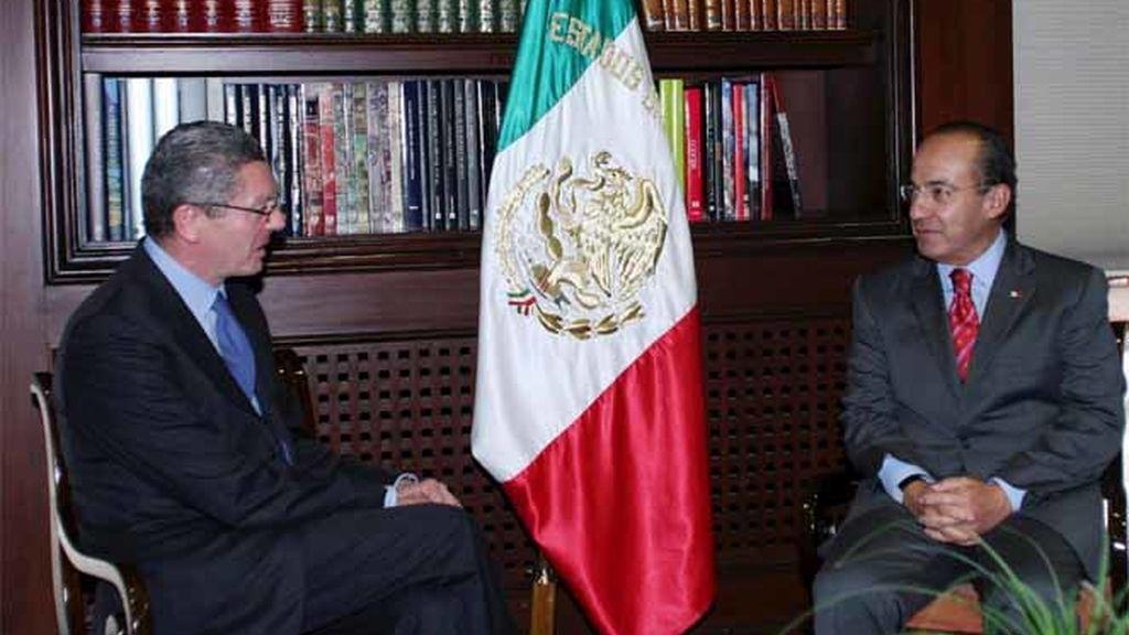 El alcalde de Madrid, Alberto Ruiz-Gallardón, junto a Felipe Calderón en su visita a México.