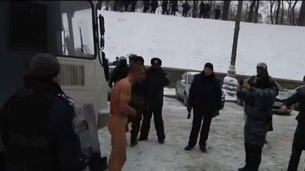 La Policía de Ucrania obliga a un detenido a desnudarse bajo la nieve