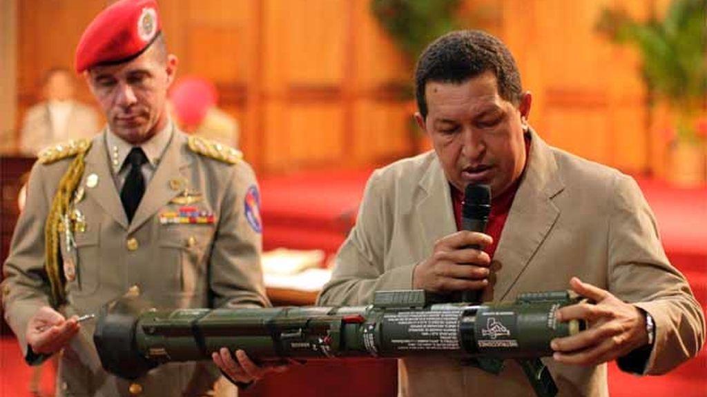 Chávez enseña un arma