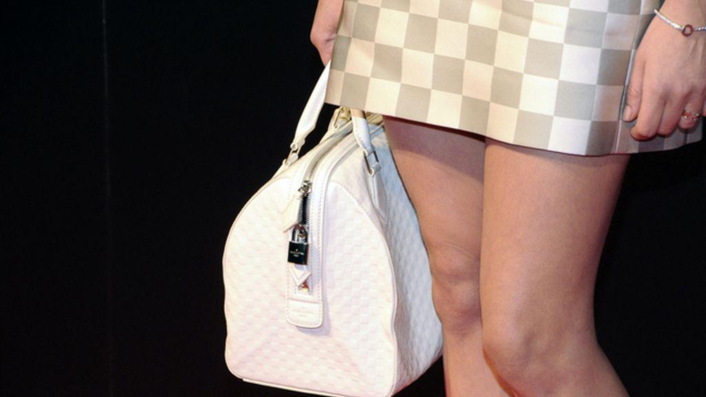 """María León demostró ser una """"fashion victim"""" al completar su look con este bolso, también de Louis Vuitton"""